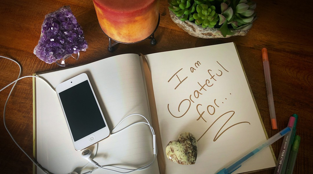 Reduce stress with a gratitude journal, objects that make you happy or listening to your favorite songs.